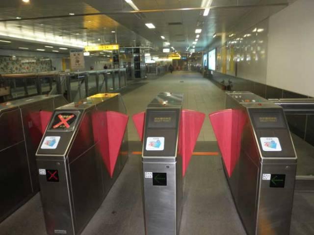 Pintu-masuk-ruang-tunggu-MRT-Taiwan