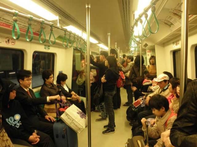 Suasana-di-dalam-MRT-Taiwan