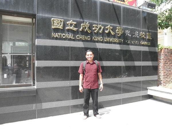 Di depan kampus National Chenk Kung University