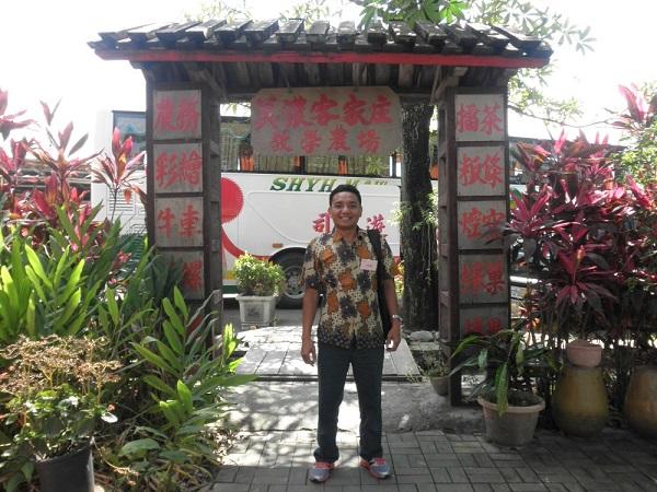 Aku di pintu gerbang masuk ke lokasi galeri Hakka Village